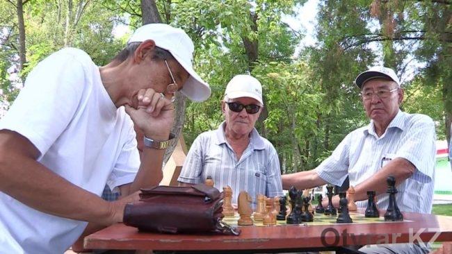 Ветеранский клуб шахматистов привлекает и более молодых игроков. Кто рискнет сразиться с корифеями уличных шахмат...