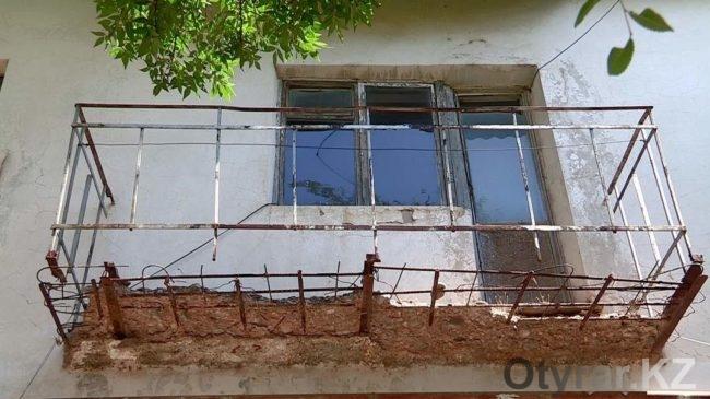 В ЮКО жители поселка Састобе на частные средства ремонтируют старые многоэтажные дома