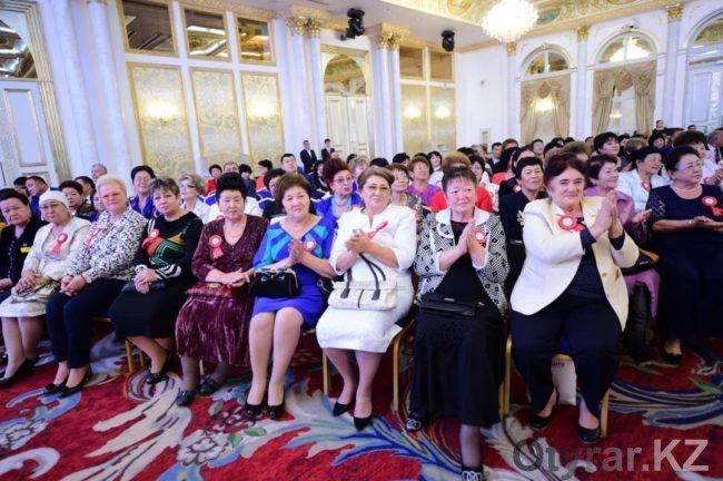 Аким города поздравил шымкентских педагогов с Днем учителя