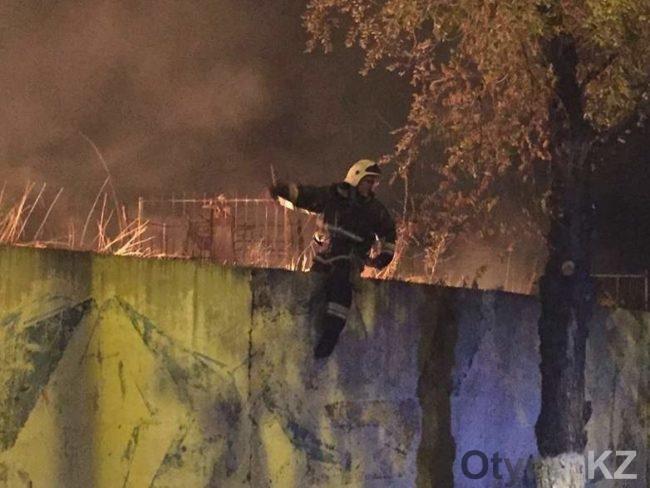В Шымкенте горит старое кладбище