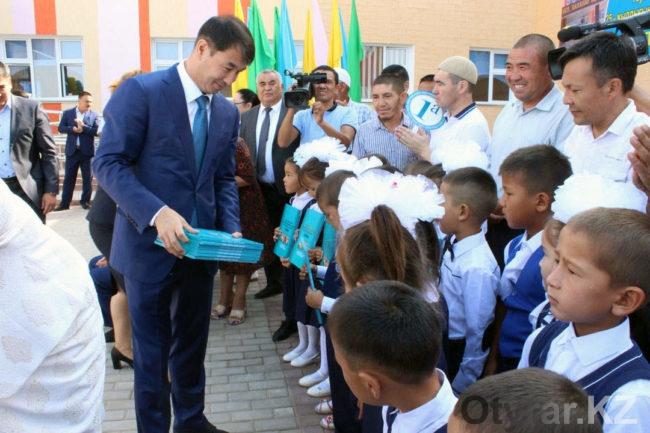 Каждому первокласснику от имени Президента Республики Казахстан Н.А. Назарбаева торжественно вручена книга «Моя Родина - Казахстан»
