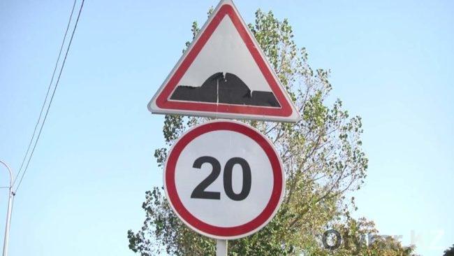 Дорожные знаки около школ Шымкента