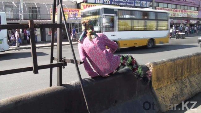 Как в Шымкенте горожане переходят дороги