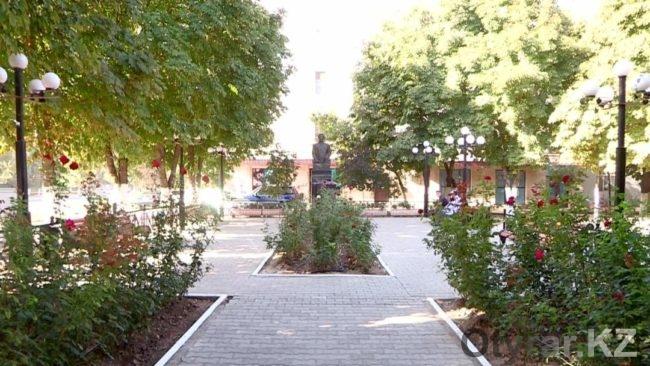 Аллея перед памятников Асанбаю Аскарову