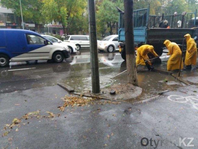 После первого осеннего дождя Шымкент затопило и завалило буреломом