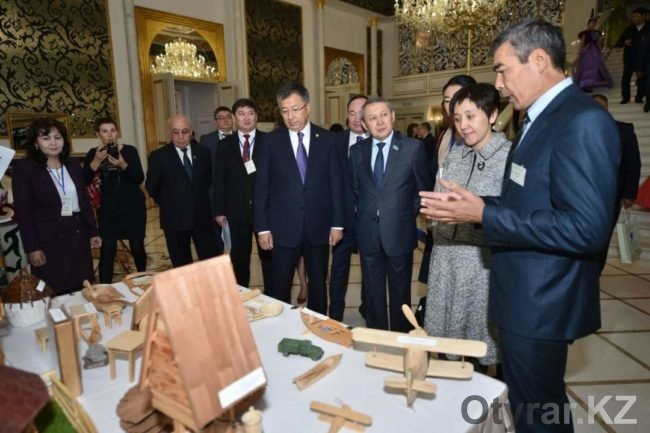 Аким ЮКО с гостями на выставке