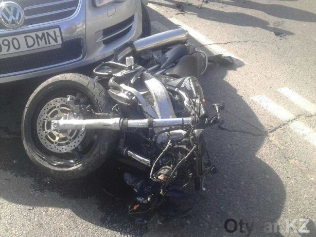 В результате аварии в Шымкенте мотоциклист в тяжелом состоянии доставлен в больницу