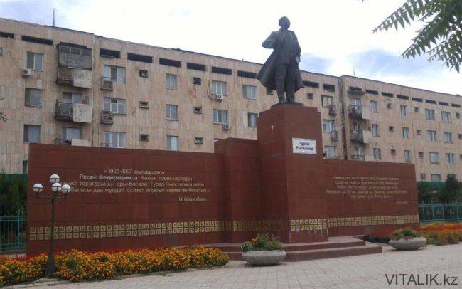 Памятник Рыскулову в Шымкенте