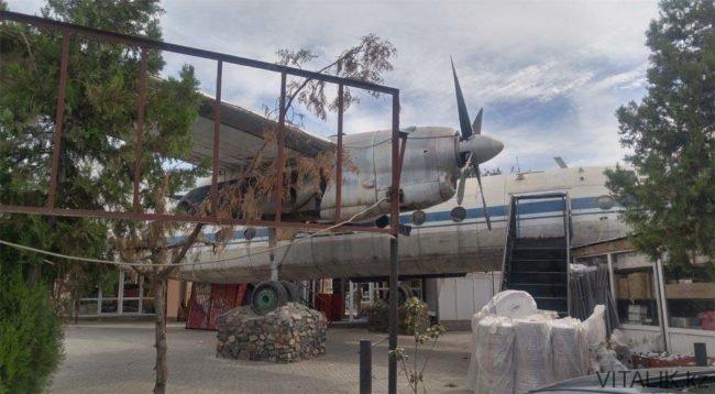 Старое кафе-самолет в Шымкенте