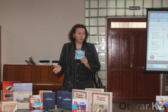 Ирина Переверзева вручает книги для Центра национальных литератур