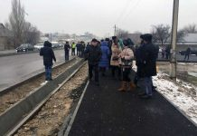 Жители Тассая вышли на дорогу