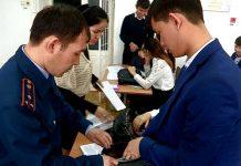 В школах Южного Казахстана ученики не пользуются смартфонами