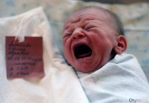 Младенец в роддоме