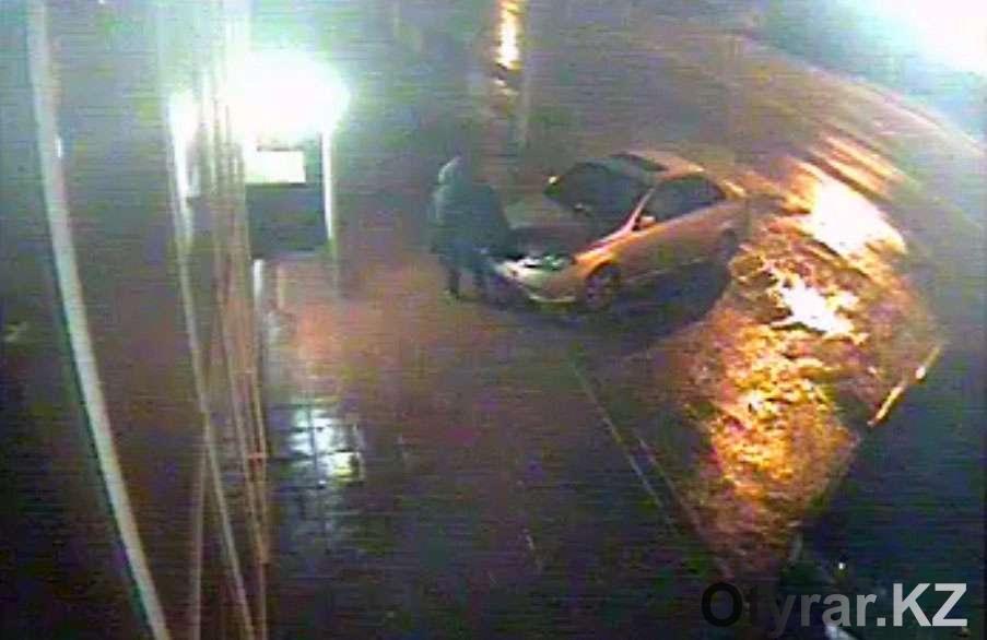 Появилось видео женщины, которая родила и оставила младенца на тротуаре в Шымкенте