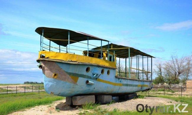 Пароход курсировал по озеру Кызылколь