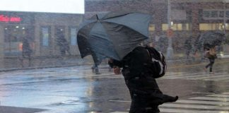 Сильный ветер с дождем
