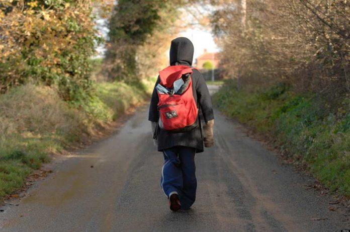Мальчик идет по дороге