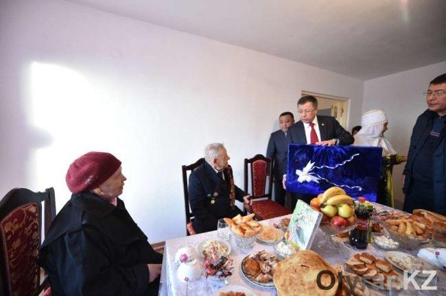 Жансеит Туймебаев поздравил ветерана Великой Отечественной войны Александра Денисенко с новосельем