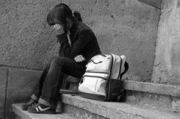 Девочка сидит на ступеньках