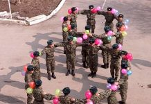 Живую восьмерку собрали солдаты для женщин из части