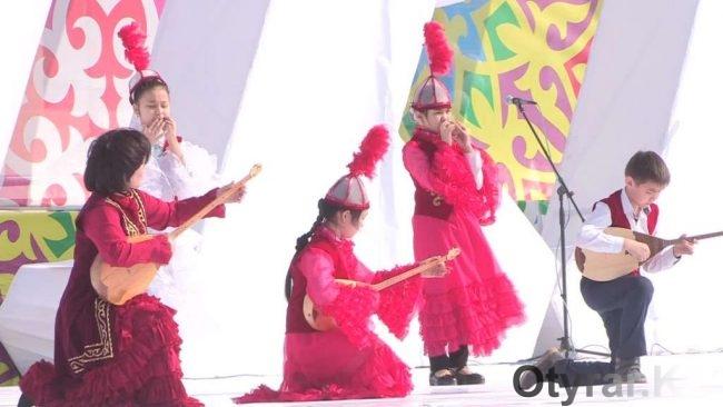 Молодые музыканты на праздновании Наурыза