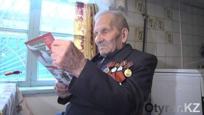Ветеран читает письмо от Путина