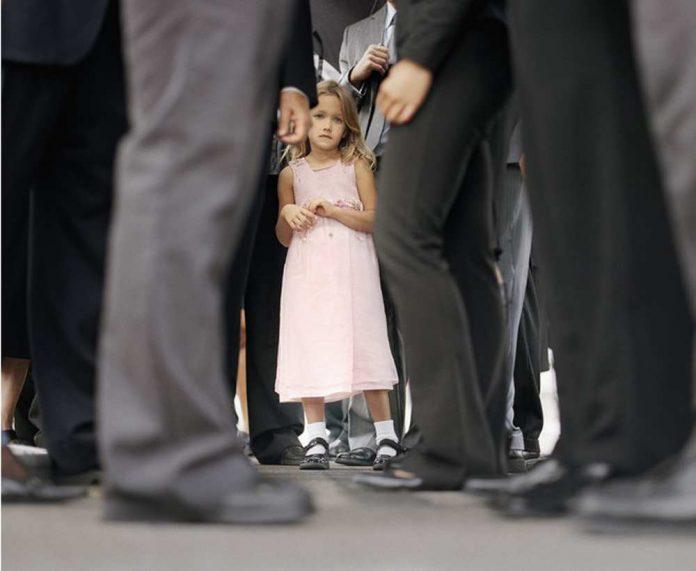 Девочка в толпе людей