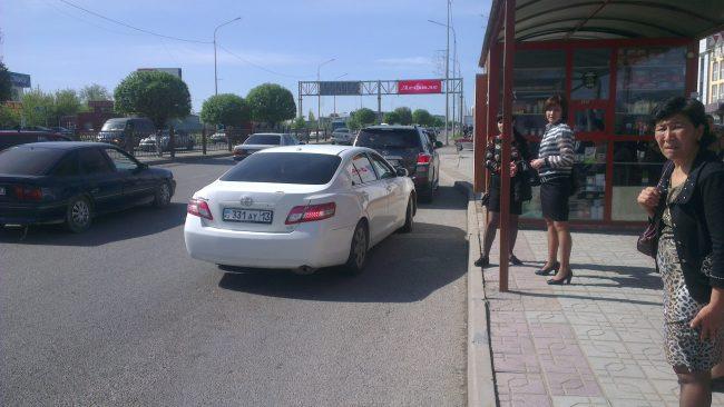 Автомобиль припарковался на остановке