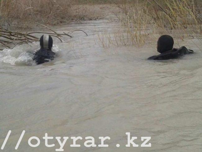 Водолазы на реке Арысь