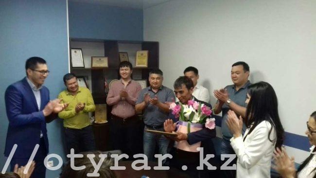 Мужчине нашедшему барсетку с 2 000 000 тенге выдали премию за честность