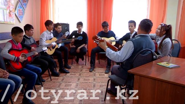 Ребята играют на гитаре