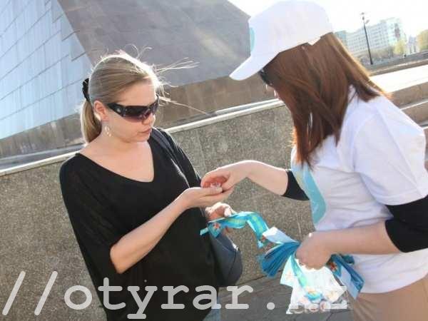 Раздача казахстанской ленточки