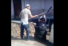 Мужик бьет ребенка лопатой