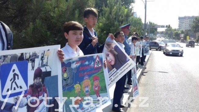 Полицейские Шымкента вывели школьников на обочины