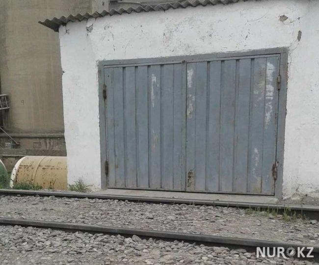 В Шымкенте частные дома построили прямо на железнодорожных путях