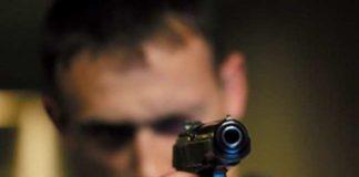 Парень стрелял из пистолета в свою девушку
