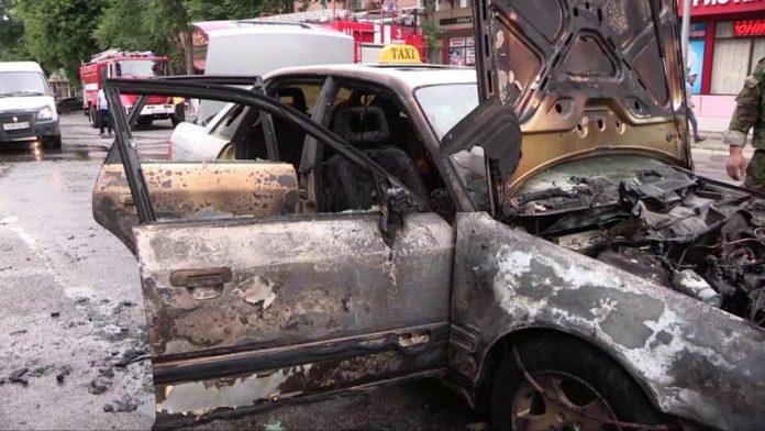 Пожарные с трудом потушили горящий в центре Шымкента автомобиль