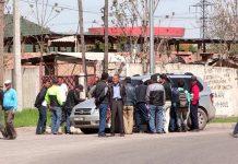 Люди возле машины
