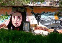 Маншук Мамедова на трансформаторной будке