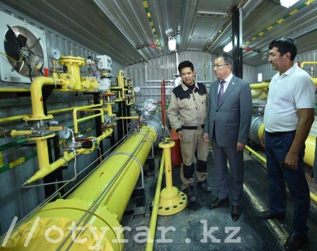 Жансеит Туймебаев на автоматической газораспределительной станции в Ордабасинском районе
