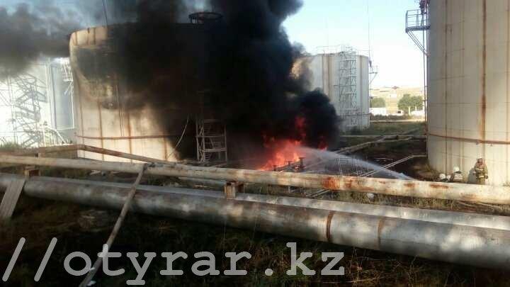 Воперации потушению  нефтебазы наюге Казахстана приняли участие неменее  300 человек
