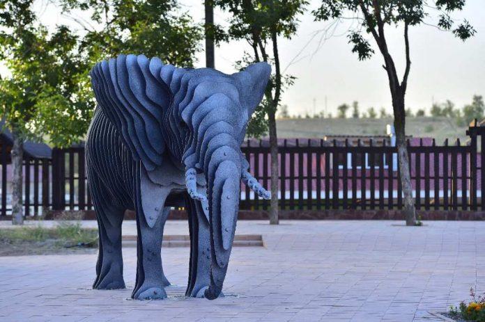 Шымкентский зоопарк. Статуя слона