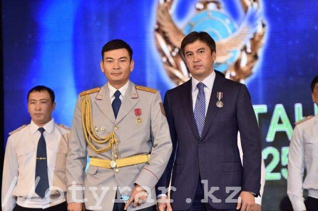 Акиму Шымкента Габидулле Абдрахимову вручили памятную медаль «25-летие казахстанской полиции»