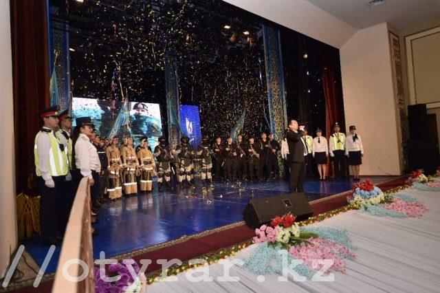 Аким города поздравил полицейских Шымкента с 25-летием