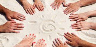 Руки на песке