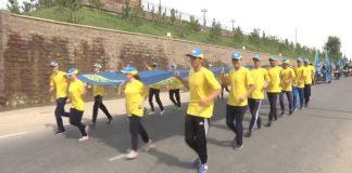 16-метровый флаг Казахстана пронесли по Шымкенту ко Дню госсимволов РК