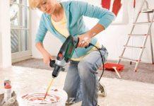 Женщина делает ремонт