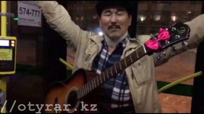 Необычное шоу устраивает в автобусах Астаны певец и гитарист из Шымкента
