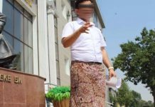 Мужчина в женской юбке протестовал перед зданием суда в Шымкенте