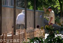 В школах Шымкента строят заборы